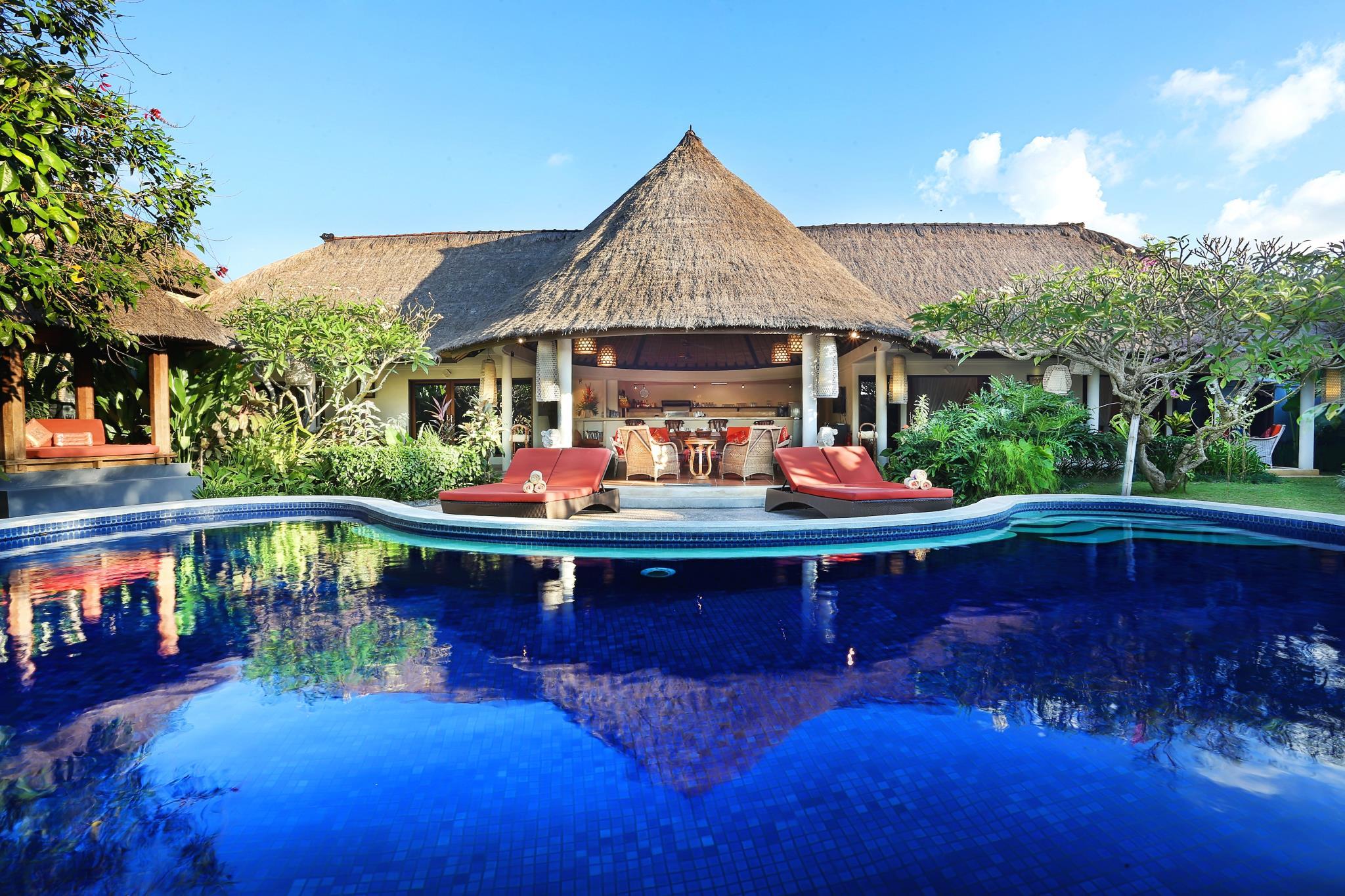 Фото виллы с бассейном