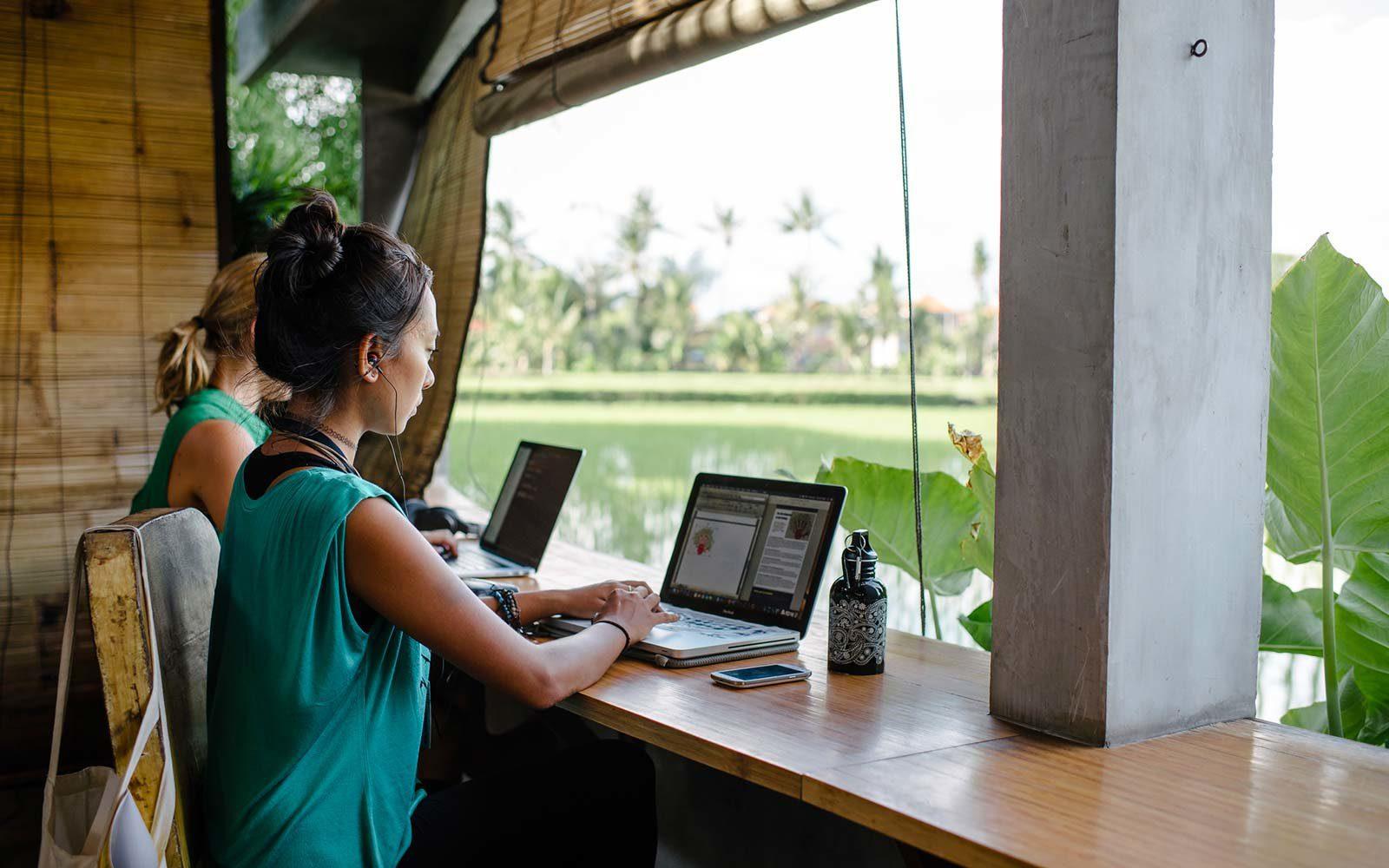 Фото работников на Бали