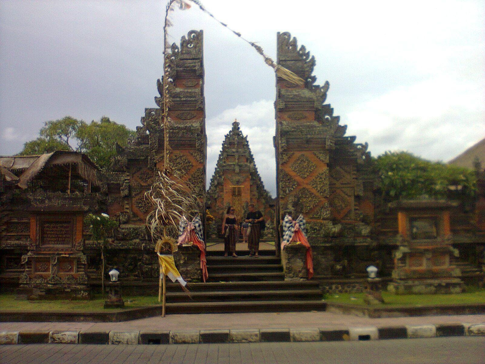 На фото изображен Храм Батуан