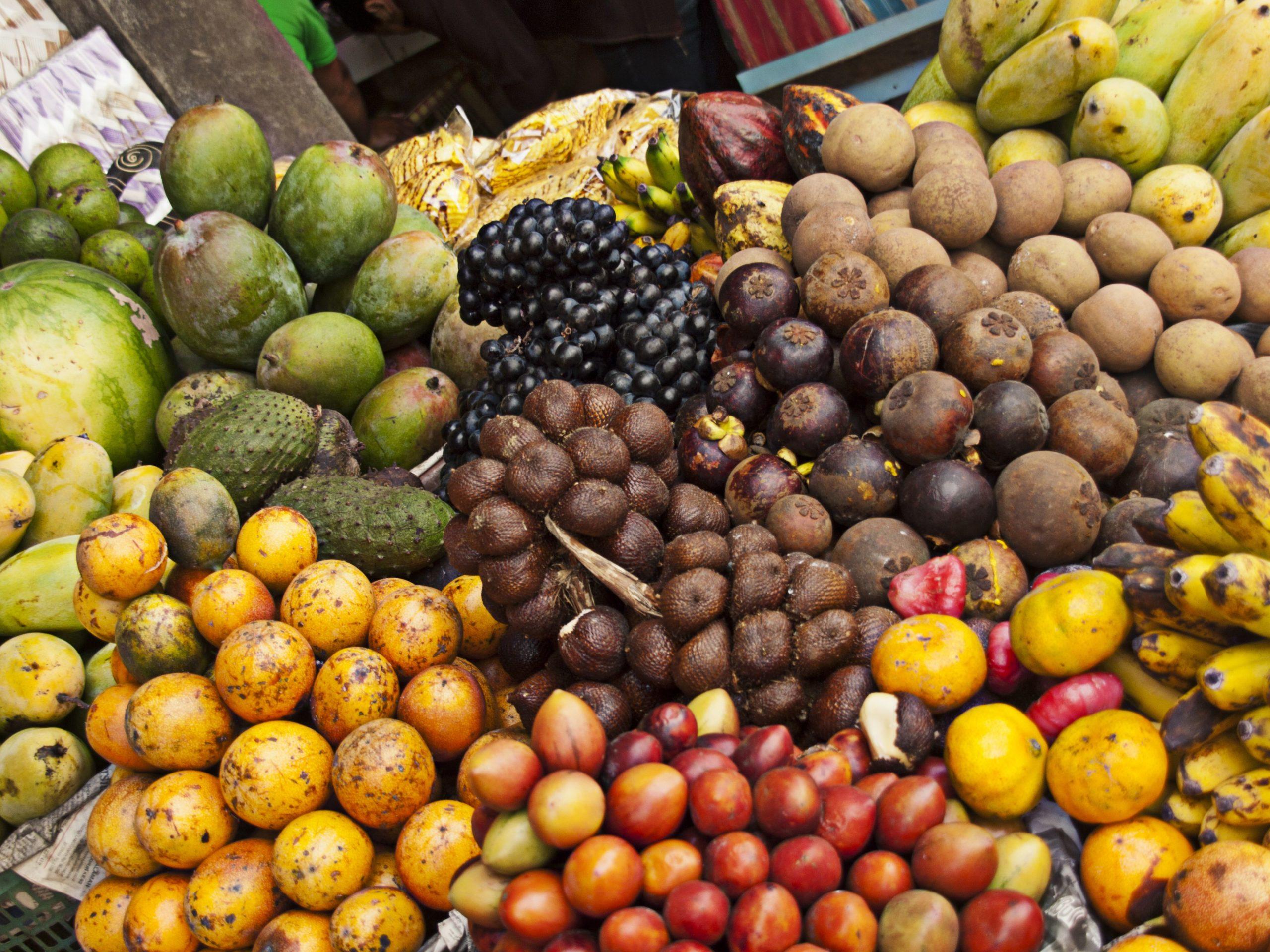 Большое количество овощей и фруктов