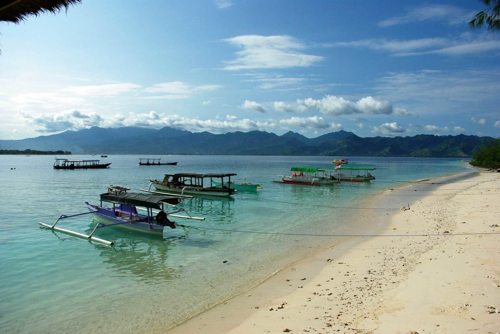 На фото изображён Gili Selang