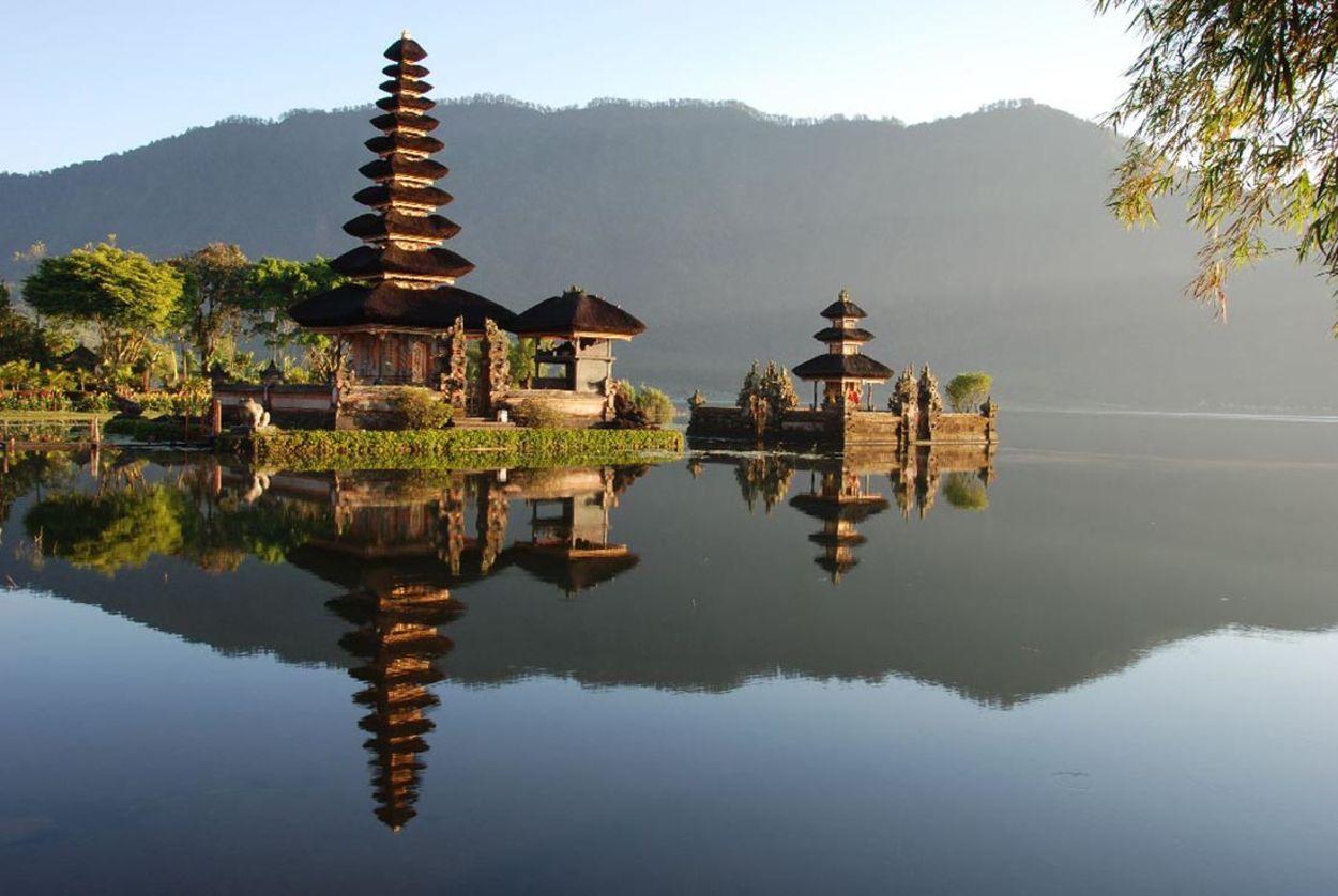 На фото храм Улун Дану Братан