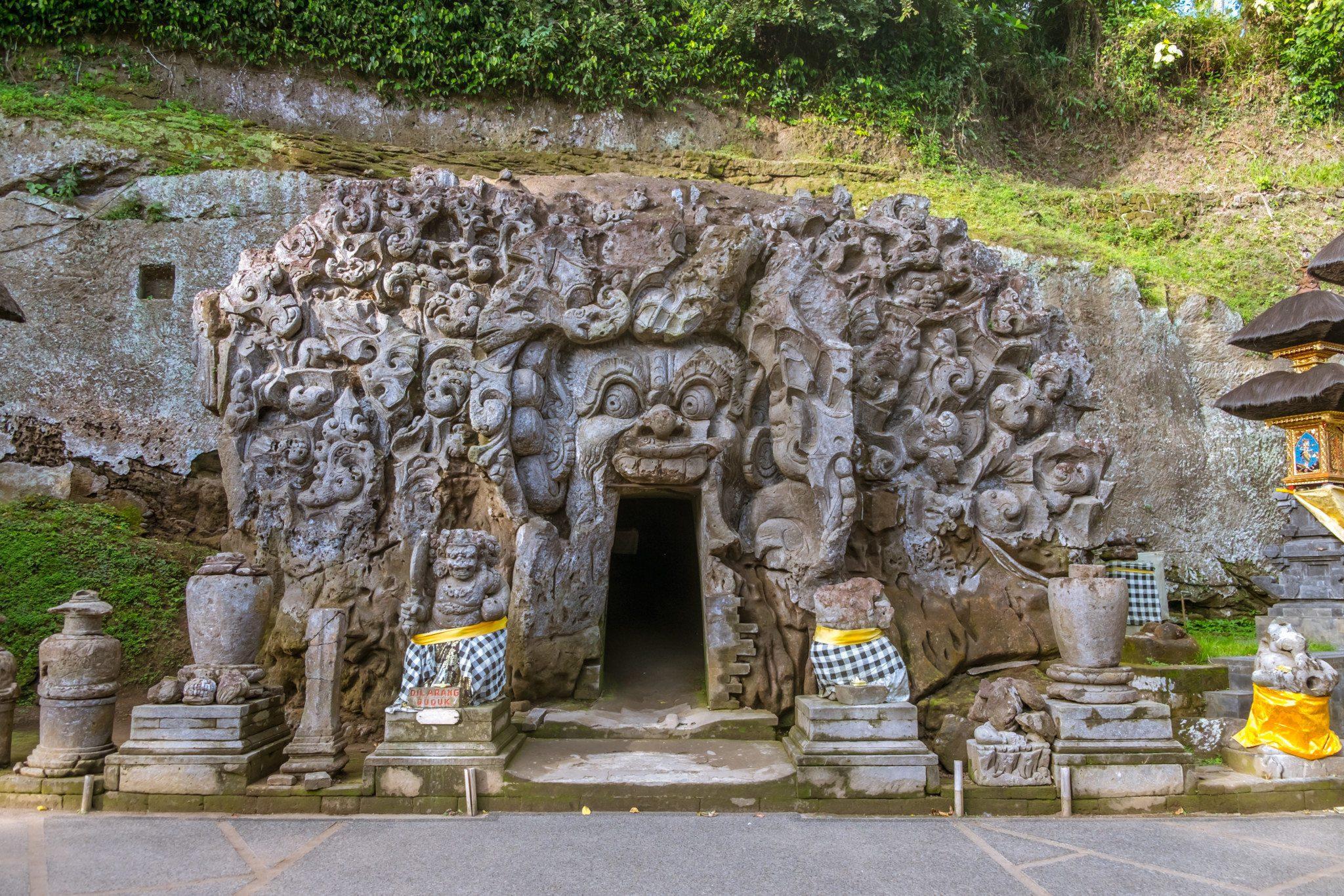 Вход в слоновью пещеру на Бали