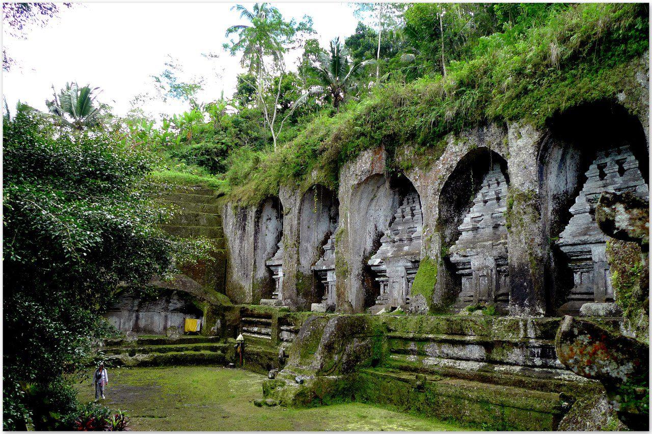 На фото храм Гунунг Кави