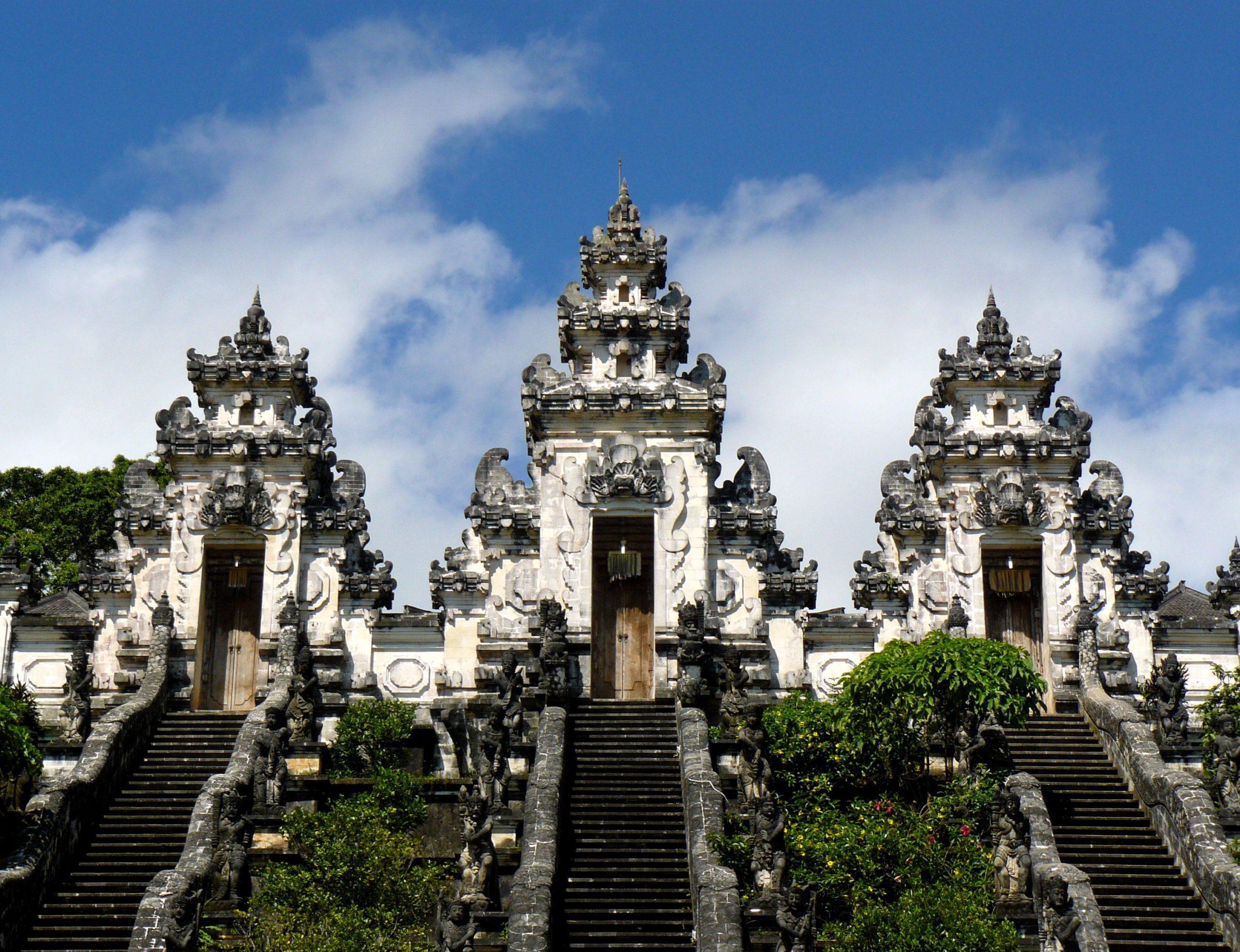На фото храм Лемпуянг Лухур