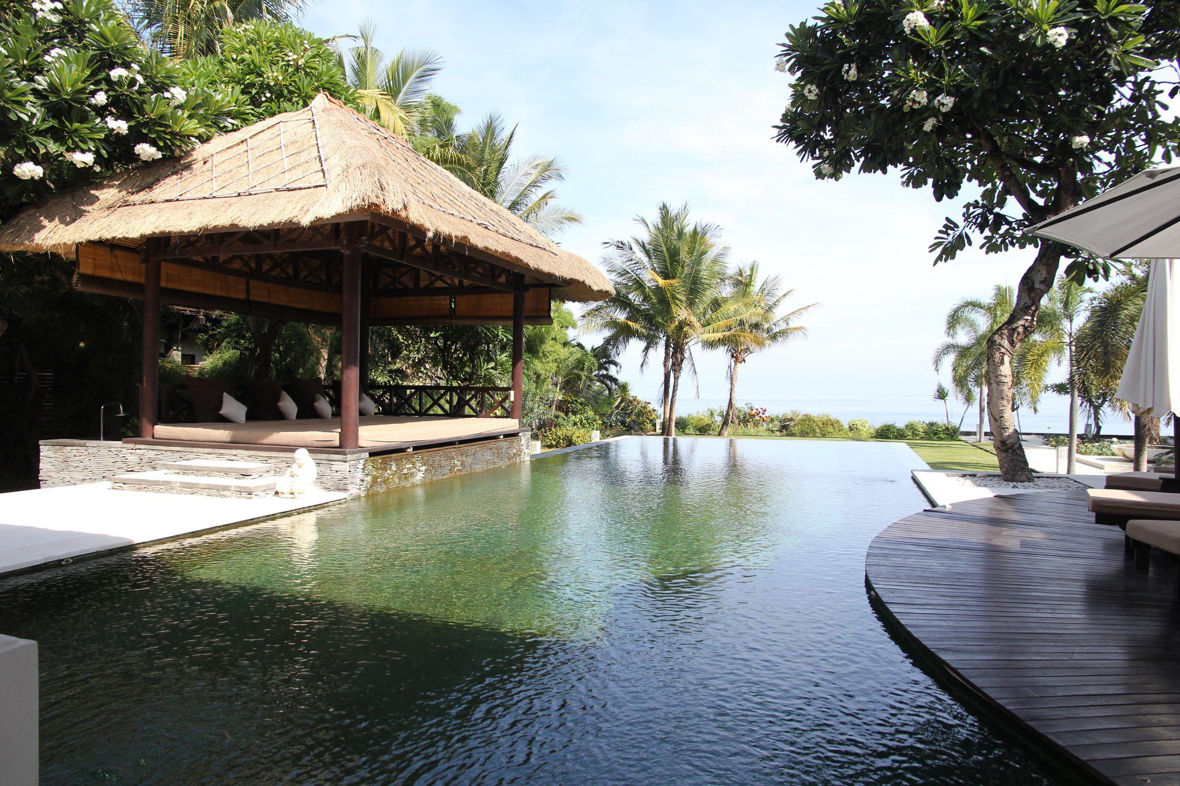 Фото Бунгало с бассейном