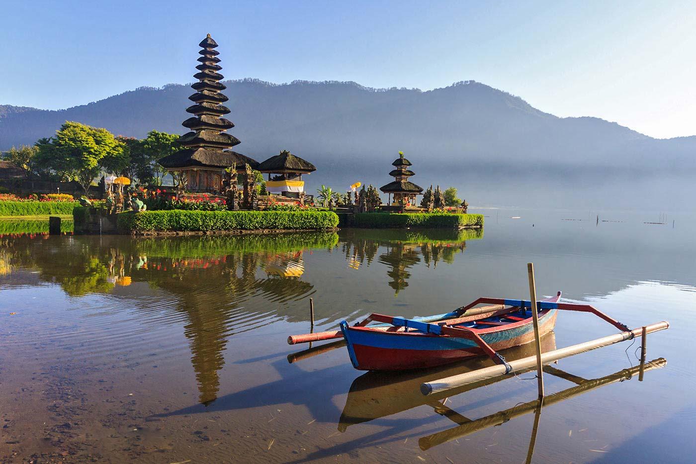 Фото озера и храма