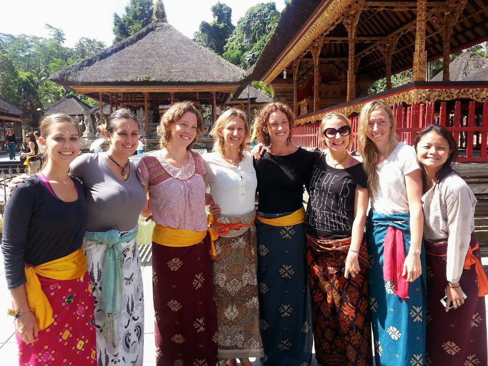 Фото туристов в саронгах