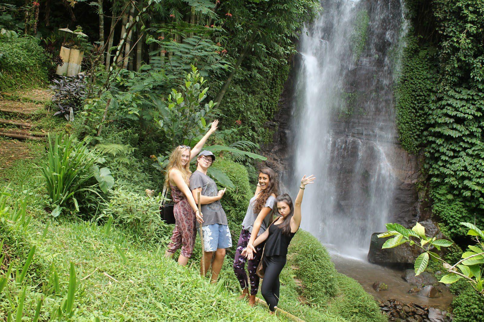 Фото туристов возле водопада Мундук